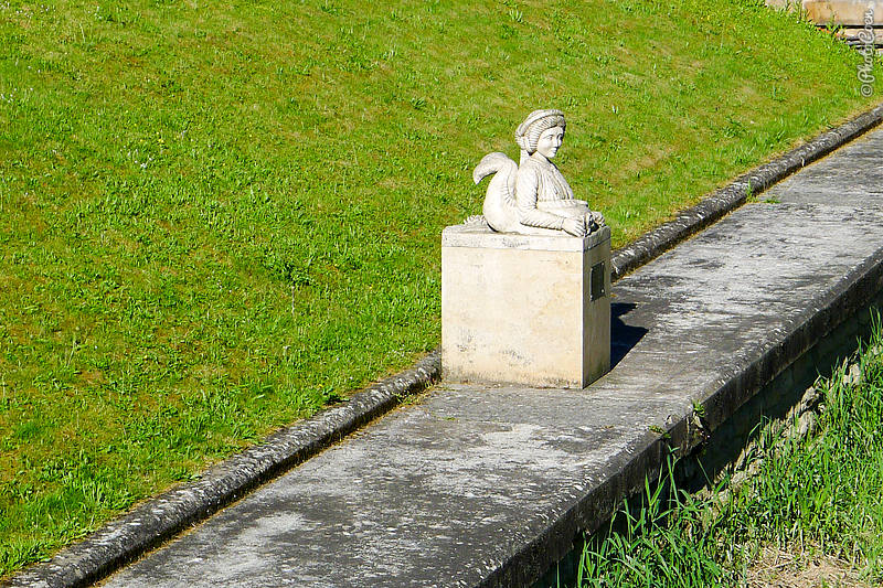 I just loved this little statue looking out over La Seine.