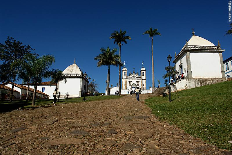The chapels on the left and right side of the path leading up to the basilica.