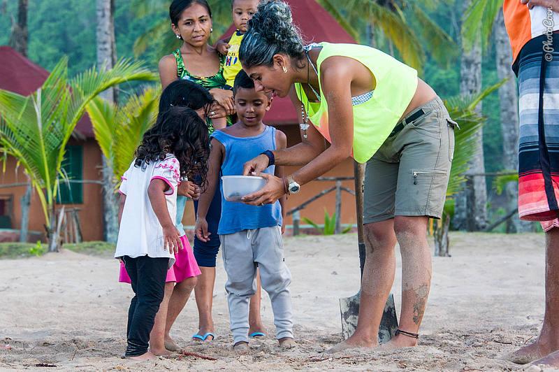 Educating kids on sea turtles in Venezuela (©photocoen)