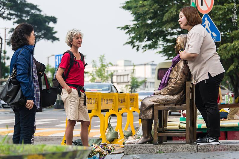 Sculpture Dedicated to Korean Sex-Slaves for Japan (©photocoen)